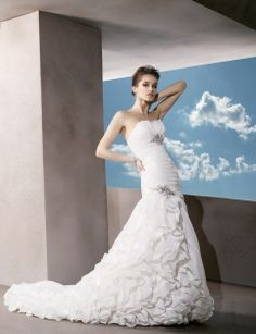 Sleeveless organza floor-length bridal gown with dropped waist