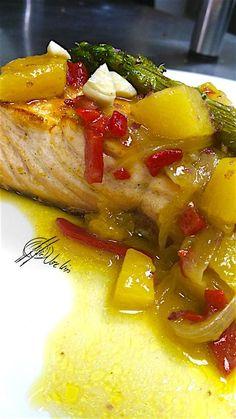 En Errazki preparo mucho salmón, es uno de mis pescados favoritos…. en esta receta con piña y trigueros, estoy seguro que te encantará…. Ingredientes: 100 gr de lomo de salmón 100 g de piña fresca 2 espárragos trigueros 50 gr de cebolla 1 pimiento de piquillo Una chispa de ajo Sal y pimienta negra recién... Lea más