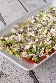 Den lækre tomatsalat med avokado og feta er meget sommerlig og passer perfekt til sommerens grillretter. Pasta Salad, Cobb Salad, Feta, Avocado Hummus, Potato Salad, Clean Eating, Food And Drink, Low Carb, Yummy Food