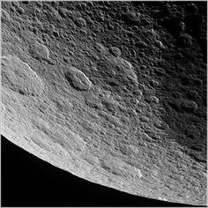 Superficie del satélite de Saturno Rea capturada por Cassini en su última aproximación antes de poner fin a su misión, allá por 2017.