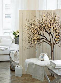 Paravent en planches de chantier peint d'un cerisier et orné de branches lumineuses