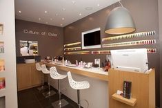 culture-of-color Rue des Martyrs Home Nail Salon, Nail Salon Design, Nail Salon Decor, Beauty Salon Decor, Beauty Salon Design, Salon Interior Design, Studio Interior, Makeup Studio Decor, Nail Art Studio