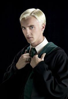 Dit is Draco Malfidus. Hij en Harry kunnen elkaar niet uitstaan. In het boek denkt Harry dat Draco een dooddoener, een volgeling van Heer Voldemort, is. Harry hoort Draco namelijk vaak over een geheime opdracht praten. Op het einde van het verhaal wordt duidelijk wat die geheime opdracht inhoudt: Draco moet Albus Perkamentus vermoorden. Hij durft dit niet, dus doet Severus Sneep het. Draco laat op het einde van het verhaal ook zijn duistere teken zien en dus weten we dat hij een dooddoener…