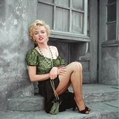 Marilyn Monroe – Hooker Sitting — The Essential Marilyn Collection — The Archives StoreHere Marilyn is dressed as a gypsy palm reader, one of the many outfits she would dress up in while ransacking the Century Fox costume.Marilyn Monroe, gone b Estilo Marilyn Monroe, Marilyn Monroe Photos, Marylin Monroe, Vintage Hollywood, Classic Hollywood, Pin Up Retro, Glamour, Foto Art, Norma Jeane
