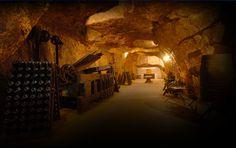 Les Galeries ; 5 kms. Les caves Veuve AMIOT, longues de 5 kilomètres, sont recouvertes d'une voûte de tuffeau et de terre de15 à 20 mètres. Grâce à cette voûte, nous avons une température constante de 12 °C permettant un vieillissement optimum des cuvées. Ces caves sont en fait d'anciennes carrières de tuffeau, pierre typique de la région qui servit, entre autres, à la construction des Châteaux de la Loire.
