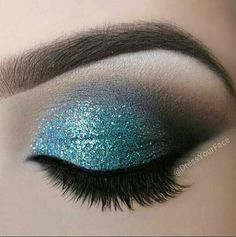 Fresh, teal eye makeup provides a pop of color without being over-the-top #crcmakeup