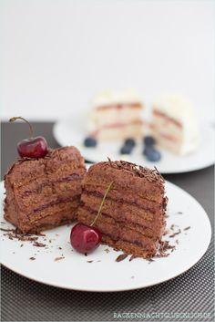 Blitzschnell gemacht, absolut köstlich: Schokotörtchen mit Schokosahne und Marmelade | www.backenmachtgluecklich.de