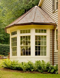 What a great bay window! Perfect for a sunny breakfast nook. - bluetea - What a great bay window! Perfect for a sunny breakfast nook. What a great bay window! Perfect for a sunny breakfast nook. Kitchen Addition, House Design, Future House, Bay Window Exterior, Bay Window Bedroom, Home Additions, House Exterior, Sunroom Addition, Breakfast Nook