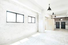 高い天井にニュアンスのある壁。存在感のある大きな扉やリフトが印象的。