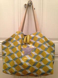 Grand sac de plage ou de sport, cabas réversible en toile enduite géométrique et coton gris étoilé de la boutique OeildelaPoule sur Etsy