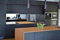 1197 x 896 ( Kitchen Layout, New Kitchen, Kitchen Ideas, Black Kitchens, Küchen Design, Kitchen Cabinets, Retro, Table, Furniture