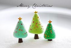 These polymer clay Christmas trees are so cute - would be great to fill in your village house collection!