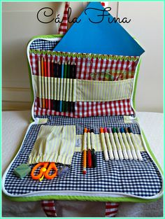 Interior del maletín de dibujo. Sewing To Sell, Sewing For Kids, Diy École, Sowing Crafts, Artist Pencil Case, Art Portfolio Case, School Purse, Sewing Caddy, Pencil Organizer