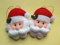 Enfeite para árvore de Natal costurados em feltro com detalhes de fita de cetim, guizos e botões.    Preço por unidade.