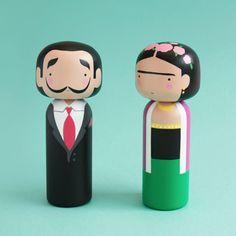 ¿Te imaginas a David Bowie o Pablo Picasso como una muñeca kokeshi? La ilustradora Becky Kemp reinterpreta estas artesanías japonesas.