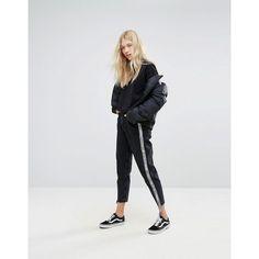 Bershka Side Stripe Mom Jean (1.085 CZK) ❤ liked on Polyvore featuring jeans, black, flap-pocket jeans, striped jeans, tall high waisted jeans, bershka jeans and stripe jeans