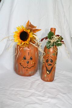 Hand painted scarecrow and pumpkin wine bottles Hand painted scarecrow and pumpkin wine bottles Source by auntvivie Wine Bottle Art, Painted Wine Bottles, Painted Jars, Wine Bottle Crafts, Hand Painted, Halloween Wine Bottles, Plastic Bottles, Glass Bottles, Beer Bottle