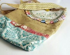 Hodge Podge Hip Bag by Rebecca Sower (sold). For inspiration. Sewing Crafts, Sewing Projects, Hip Bag, Patchwork Bags, Fabric Bags, Market Bag, Cute Bags, Tote Purse, Handmade Bags