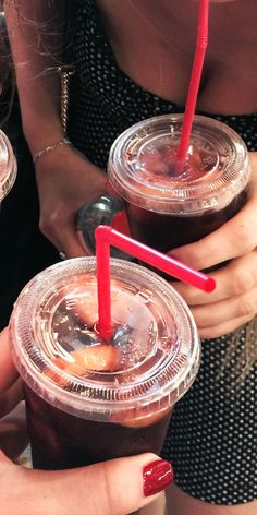 Two new studies suggest that both sugar- and artificially sweetened drinks mighthave negative effects on the brain.