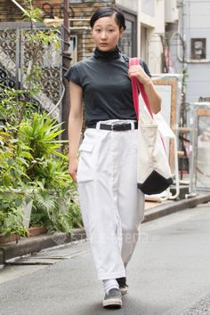 Naru Saito | TOKYO STREET FASHION NEWS | Monochromatic with dark turtleneck, black belt, loose white cargo pants, black Vans.