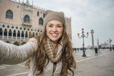 Heading To Italy Between December And March? This is what To Bring To Italy In Winter Including Clothes, Shoes And Accessories Read More At Rome Winter, Italy Winter, Italy In March, Fashion Style Summer, Italy Places To Visit, December Outfits, Photography Beach, Italian People, Italy Outfits