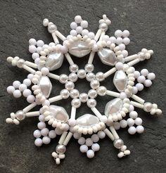 Vánoční+hvězdička+bílá+-+1+ks+Vánoční+ozdoba+je+vyrobena+z+plastových+voskovaných+perliček bílé+barvy+prům.+5+mm;+plastových+voskovaných+korálků+bílé+barvy,+vel.+12+x+8+mm;+plastových+korálků+bílé+matné+barvy,+prům.+4+mm;+bílého+tyčkovitého+rokajlu;+bílého+rokajlu+a+drátku.+Ozdobičky+z+plastových+korálků+jsou+lehoučké.+Vhodné+na+stromeček,+větvičku,...