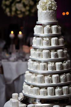 Uma das fases mais gostosas (literalmente!) dos preparativos do casamento é a escolha dos doces e do bolo. Que delícia essa fase de experimentar um pouquinho de tudo, não é? Claro que ficamos com um olho no doce e outro no vestido, mas aproveitar um pouquinho dessas guloseimas não faz mal. Há um tempo nós …