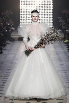 Le défilé Vivienne Westwood automne-hiver 2014-2015 http://www.vogue.fr/mariage/tendances/diaporama/les-robes-blanches-de-la-fashion-week-automne-hiver-2014-2015/17870/image/985478