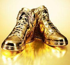 Nike Dunk, modelo deportivo bañada en oro de 24 quilates. No se encuentran disponibles al público, solo se fabrican bajo pedido y su valor bordea los 4400 euros,