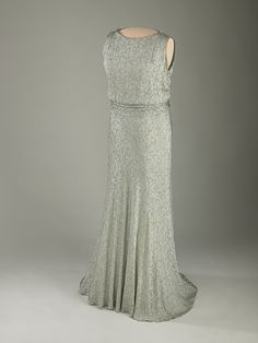 Eleanor Roosevelt's slate-blue silk crepe evening gown designed by Sally Milgrim for the 1933 Inaugural Ball. Embroidered with a leaf-and-flower design in gold thread, it featured detachable long sleeves (not displayed). The belt buckle. Vintage Outfits, Vintage Gowns, Vintage Clothing, 1930s Fashion, Vintage Fashion, Ladies Fashion, Vintage Style, First Ladies, Silk Evening Gown