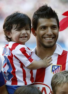 Sergio Aguero Photos - Sergio Aguero of Atletico smiles with his son Benjamin during the La Liga match between Atletico Madrid and Barcelona at Vicente Calderon Stadium on September 2010 in Madrid, Spain. - Atletico Madrid v Barcelona - La Liga Mohamed Salah, Cristiano Ronaldo, Neymar, Manchester City Wallpaper, Sergio Aguero, Kun Aguero, Zen, Premier League Champions, American Hairstyles