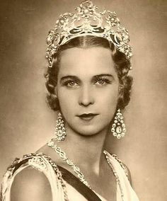 Marie José of Belgium, Queen consort of King Umberto II, wearing the complete version of Queen Margherita's Musy Tiara, Italy (1904; natural pearls, diamonds, gold). She's also wearing her stunning diamond earrings and a diamond Savoy knots necklace.