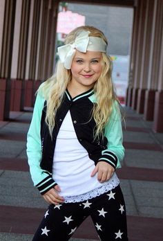 I'm Jojo Siwa, and I LOVE dance! I have been on Abby's ultimate dance competition, and right now, I'm on dance moms! My fav styles of dance are jazz and hip hop, and I can be a little sassy sometimes. Dance Moms Facts, Dance Moms Girls, Mackenzie Ziegler, Maddie Ziegler, Dance Outfits, Cute Outfits, Jojo Siwa Outfits, Chloe, Dance Mums