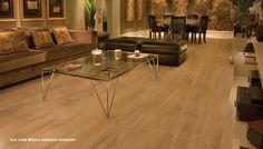 Revestimento laminado de madeira em piso de sala de estar