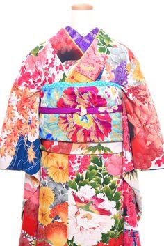 華やかに特別な晴れの日を彩るにふさわしい逸品アンティーク着物を取り扱う茨城県つくば市のレンタルショップ。全国配送可能。ご予約の上、当店にお越し頂き、ご試着しながらお客様の魅力と個性を最大限引き出すコーディネートを決めていくご来店プランもございます。婚礼振袖、成人式振袖、卒業式袴、七五三の衣装を数多く取り揃えております。