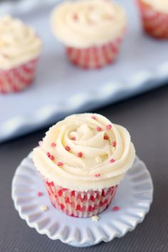 Strawberry cupcakes with white chocolate buttercream - Martensitak