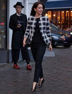 Kronprinsessan Mary på väg till modeveckan i Köpenhamn. Foto: Dana Press / TT