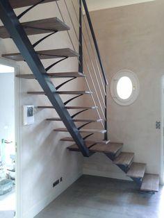 Escalier limon central avec palier Home Stairs Design, Interior Stairs, Door Design, Escalier Art, Escalier Design, Minimalis House Design, Concrete Bathtub, Stairs Stringer, Steel Stairs