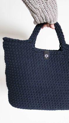 Siedliskowe rękodzieło artystyczne to piękne przedmioty: chodniki, torby, pledy, kosze ręcznie robione na drutach i szydełku z wełny, sznurka, jerseyu.