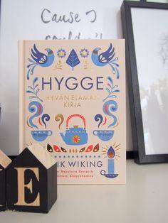 Meik Wikingin kirja Hygge - Hyvän elämän kirja ensinnäkin määrittelee sen, mitä hygge on. Toiseksi siinä kerrotaan, miten elämän saa lisää hyggeä. Ja syy, miksi elämässä pitäisi olla hyggeä on se, että siitä tulee onnelliseksi.   #kirjavinkki #hygge #meikviking