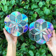 cd art for kids * cd art & cd art projects & cd art diy & cd art aesthetic & cd art for kids & cd art wall & cd art painting & cd art projects old cds Recycled Cd Crafts, Old Cd Crafts, Diy Crafts To Sell, Diy Crafts For Kids, Crafts With Cds, Recycled Glass, Stained Glass Projects, Stained Glass Patterns, Stained Glass Art