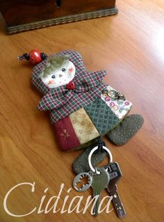 Siii, ya estoy instalada!!!! Después de unos días de locura, de hacer maletas y de... Cute Sewing Projects, Sewing Crafts, Felt Flowers, Fabric Flowers, Heart Keyring, Japanese Quilts, Key Covers, Fabric Gifts, Silk Ribbon Embroidery