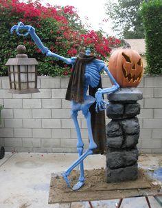 Striking Skeleton Backyard Decor For Halloween. Halloween Outside, Halloween Graveyard, Scary Halloween Decorations, Outdoor Halloween, Easy Halloween, Holidays Halloween, Halloween Witches, Halloween Costumes, Halloween Pallet