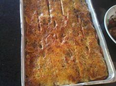 Receita de Torta de Berinjela - 2 berinjelas médias, 1 queijo minas médio, 1 1/2 kg de tomates , bem vermelhos, sal a gosto, orégano a gosto, azeite, Em uma assadeira, coloque uma camada de berinjela, acrescente rodelas de tomates e em seguida o queijo., E assim por diante, terminando a última camada com o queijo., Leve ao forno por no mínimo 1 hora e meia, ou até secar todo o líquido que soltará da berinjela e do tomate. Pode-se deixar o queijo gratinar, pois fica mais gostoso.