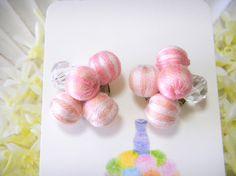 カットガラスと巻玉で組み合わせたイヤリングのご紹介です。 三色の刺繍糸でシマシマに巻いて作った巻玉ときらきら光るカットガラスで構成したデザインのイヤリングは、...|ハンドメイド、手作り、手仕事品の通販・販売・購入ならCreema。