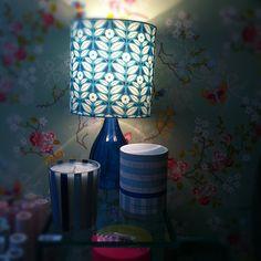 Abajur, velas, mesa e papel de parede - tudo da loja :D