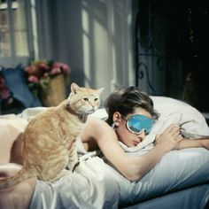 The sleep mask Holly Golightly (Audrey Hepburn) in Breakfast at Tiffany's George Peppard, Hollywood Stars, Old Hollywood, Hollywood Lights, International Cat Day, Holly Golightly, Teen Vogue, Classic Films, Classic Style