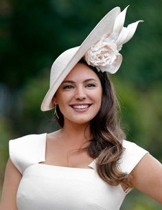 Kelly Brook Style, Kelly Brook Photos, Celebrity Beauty, Celebrity Style, Funky Hats, Glamour Hair, Royal Ascot, Victoria Dress, Culture