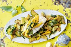 Das Rezept für Zanderfilet auf Zucchini-Mango-Gemüse mit allen nötigen Zutaten und der einfachsten Zubereitung - gesund kochen mit FIT FOR FUN