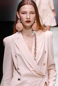 Les boucles d'oreilles japonisantes et le collier chaîne du défilé Emporio Armani printemps-été 2016